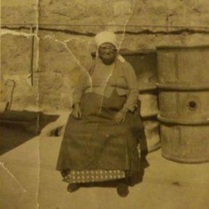 סבתא רוזה בחצר היקב 1943